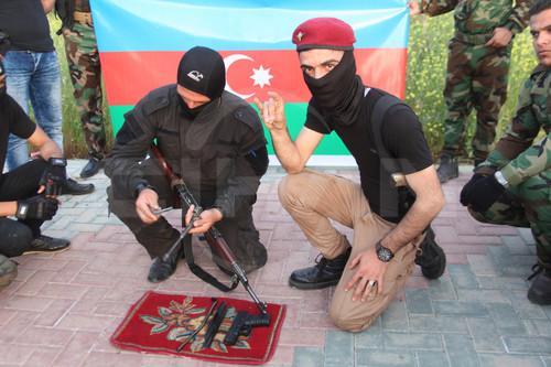 Irak'in Kerkuk sehrinde toplanan bir grup Turkmen milis, Azerbaycan'daki soydaslarinin Karabag'da bazi tepeleri geri almasini kutladi. Turkmeneli Partisi onunde toplanan silahli ve yuzler maskeli gencler, Azerbaycan ve Turkmeneli bayraklarini acti ve 'Karabag geliyoruz' diye sloganlar atti.